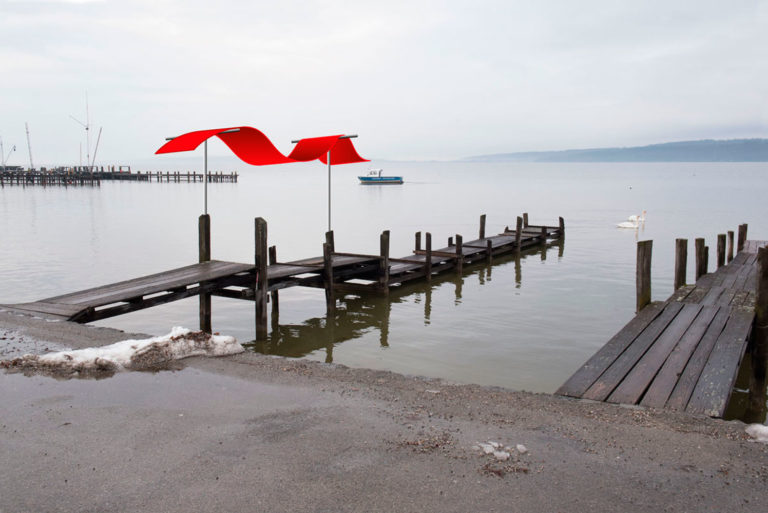 "Fotomontage, ""Die rote Welle"", geplant am Steg in Dießen"